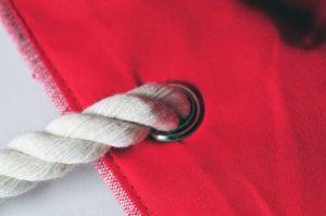 Die Canvas-Tasche hat vier Metallösen und rustikal gewebte Baumwollkordeln