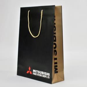 Papiertasche mit goldener Kordel