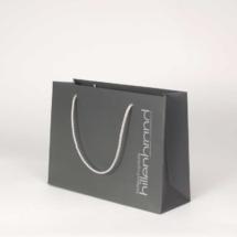 Graue Papiertasche mit silberner Kordel