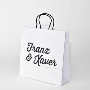 Weiße Papiertasche mit Stoffkordel