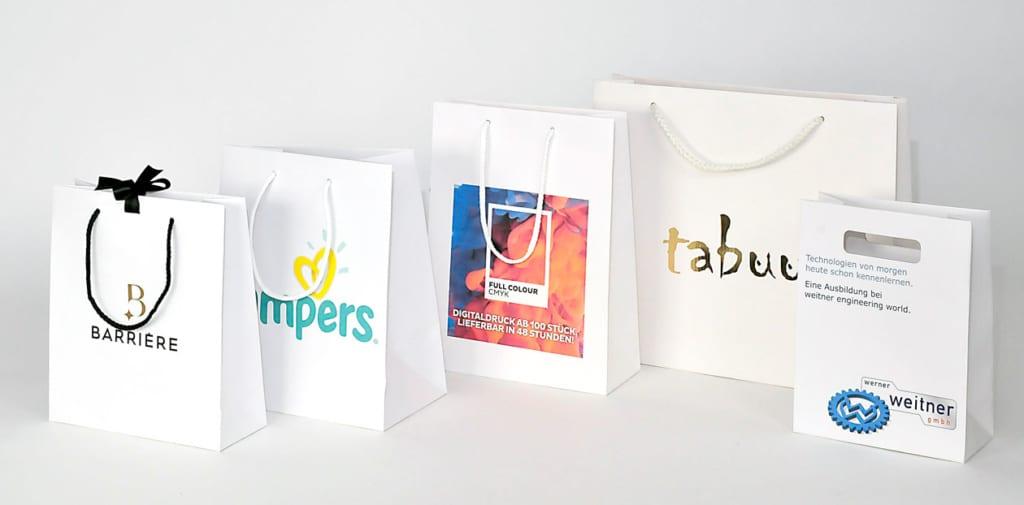 Weiße Kraftpapiertaschen mit Logo bedruckt